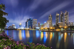 曼谷在暮色时间的市地平线在Benjakitti公园, Asoke, 免版税库存照片