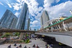 曼谷在BTS skyrail崇公nonsi驻地桥梁最普遍的旅行的旅行地标与高营业所大厦 库存图片