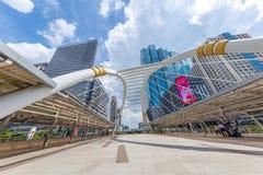 曼谷在BTS skyrail崇公nonsi驻地桥梁最普遍的旅行的旅行地标与高营业所大厦 图库摄影