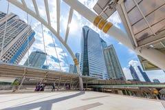 曼谷在BTS skyrail崇公nonsi驻地桥梁最普遍的旅行的旅行地标与高营业所大厦 免版税图库摄影