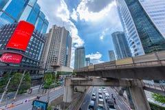 曼谷在BTS skyrail崇公nonsi驻地桥梁最普遍的旅行的旅行地标与高营业所大厦 免版税库存图片