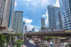 曼谷在BTS skyrail崇公nonsi驻地桥梁最普遍的旅行的旅行地标与高营业所大厦 库存照片