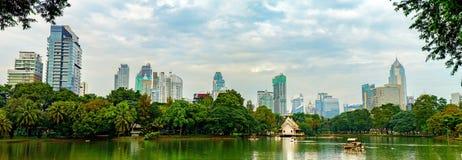 曼谷地平线全景从Lumphini公园,泰国的 免版税库存图片