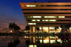 曼谷复杂黄昏政府 免版税图库摄影