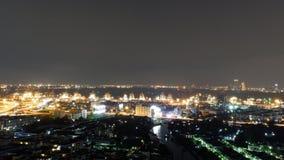 曼谷夜光反射的城市生活 免版税库存图片