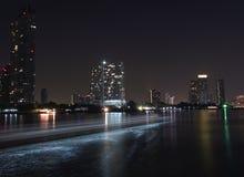 曼谷夜河视图 免版税库存照片