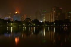 曼谷夜视图从Lumpini公园,曼谷,泰国的。 库存照片