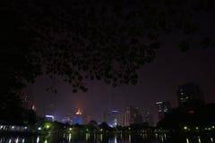 曼谷夜视图从Lumpini公园,曼谷,泰国的。 库存图片