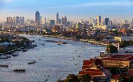 曼谷市和chaopraya河暮色时间、旅馆和稀土的 免版税库存图片