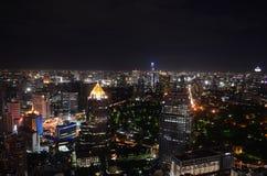 曼谷市在晚上 库存图片