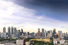曼谷市地平线都市风景有蓝天背景,曼谷市是游人泰国和喜爱现代大都会  免版税图库摄影