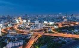 曼谷市明确方式Arial视图在晚上 免版税库存照片