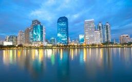 曼谷市街市在与地平线, Bangk的反射的晚上 免版税图库摄影