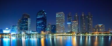 曼谷市街市晚上全景 免版税库存图片