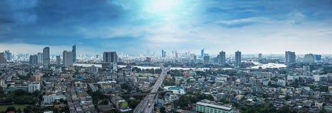 曼谷市鸟瞰图在多云天空下 库存图片