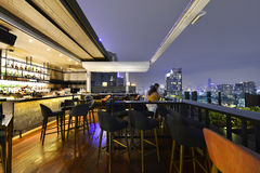 曼谷市从屋顶酒吧的观点 免版税图库摄影