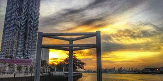 曼谷日落在泰国的微明下 图库摄影