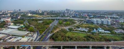 曼谷机动车路向素万那普机场, Srinakarin路,帕塔 图库摄影
