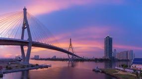曼谷桥梁日落场面秀丽  免版税库存照片