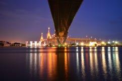 曼谷桥梁晚上 免版税库存照片