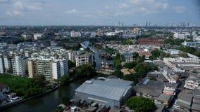 曼谷河曲线围拢了与大厦 免版税图库摄影