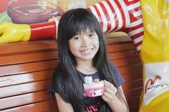 曼谷泰国, 10月17日:女孩,在软的焦点,在麦克唐纳10月的` s餐馆显示了她愉快的膳食食物和玩具 库存图片