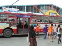 曼谷泰国:公共汽车在曼谷泰国有奶油红色col 库存图片