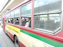 曼谷泰国:公共汽车在曼谷泰国有奶油红色col 免版税库存照片