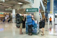 曼谷泰国-在游览服务计数器的Suwannabhumi机场旅游背包徒步旅行者请求信息细节 免版税图库摄影