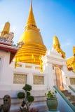 曼谷泰国 在蓝天背景的金黄stupa  图库摄影