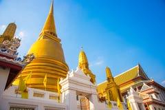 曼谷泰国 在蓝天背景的金黄stupa  库存图片