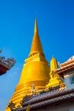 曼谷泰国 在蓝天背景的金黄stupa  库存照片