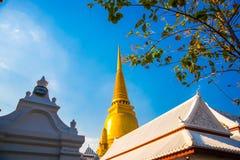 曼谷泰国 在蓝天背景的金黄stupa  免版税库存图片