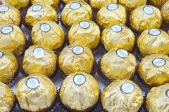 曼谷泰国- 2017年11月15日:一箱费雷洛Rocher巧克力 自1982年以来,糖果包括整体烤hazeln 库存照片