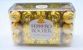 曼谷泰国- 2017年11月15日:一箱费雷洛Rocher巧克力 自1982年以来,糖果包括整体烤hazeln 免版税库存照片