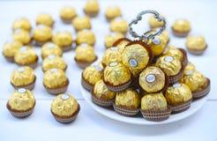 曼谷泰国- 2017年11月15日:一箱费雷洛Rocher巧克力 自1982年以来,糖果包括整体烤hazeln 免版税库存图片