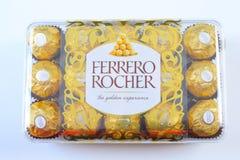 曼谷泰国- 2017年11月15日:一箱费雷洛Rocher巧克力 自1982年以来,糖果包括整体烤hazeln 库存图片