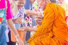 曼谷泰国- 2018年4月16日:Songkran节日,妇女用途倾吐对mong的水 Songkran节日举行在Wat素提 免版税库存照片