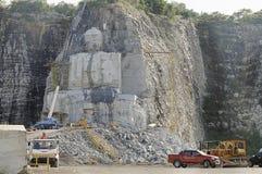 曼谷泰国- 2015年10月:菩萨的图象雕塑在大号的在素攀省,泰国的峭壁 免版税图库摄影