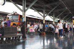 曼谷泰国- 2015年10月:许多人民乘火车旅行在曼谷火车站(泰语的华Lamphong) 库存图片