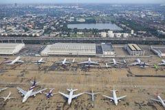 曼谷泰国8月20日:乘客和comercial平面parki 库存照片