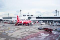 曼谷泰国- 6月01日:亚洲航空在机场te的飞机着陆 免版税库存图片