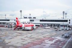 曼谷泰国- 6月01日:亚洲航空在机场te的飞机着陆 免版税库存照片
