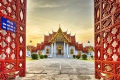 曼谷泰国- 2016年4月19日:在入口Wat Benchamabophit Dusitvanaram或大理石寺庙前面 库存图片