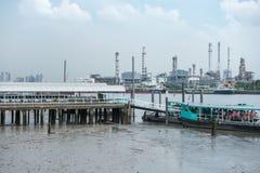 曼谷泰国2017年5月13日:在晁pra ya附近的炼油厂 库存照片