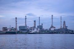曼谷泰国2017年5月12日:在晁pra ya附近的炼油厂 库存图片