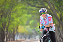 曼谷泰国- 5月14日:女运动员在Nongbon水上运动的乘驾自行车在曼谷集中 免版税库存照片