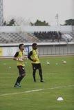 曼谷泰国10月5日:未认出的足球运动员温暖 免版税库存图片