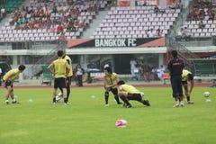 曼谷泰国10月5日:未认出的足球运动员温暖 免版税库存照片