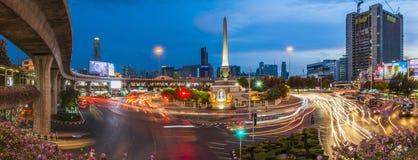 曼谷泰国- 2016年5月29日:胜利纪念碑,曼谷,日落的泰国与街灯 免版税库存图片